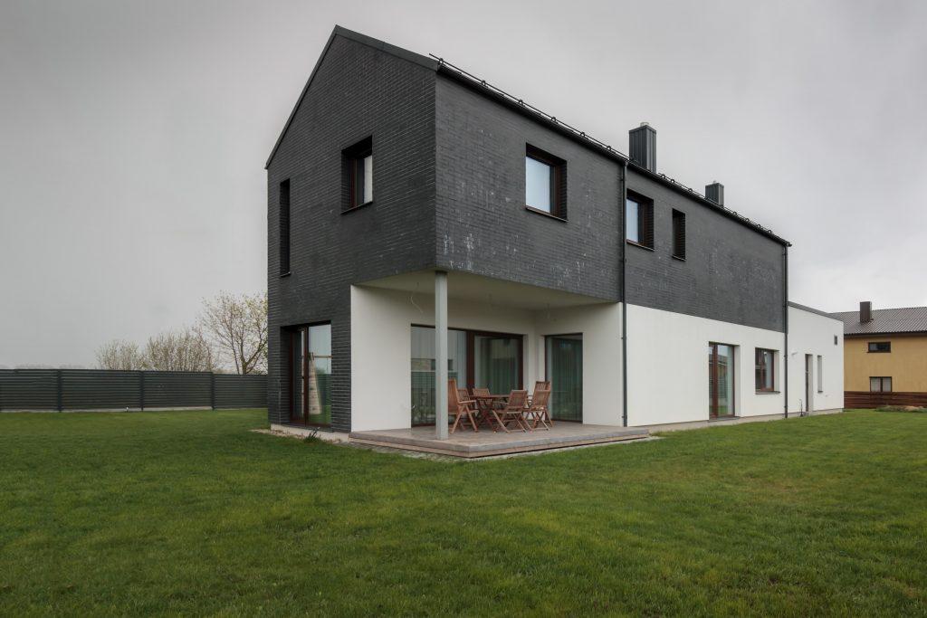 Gyvenamasis namas Vokėje - vaizdas iš kiemo