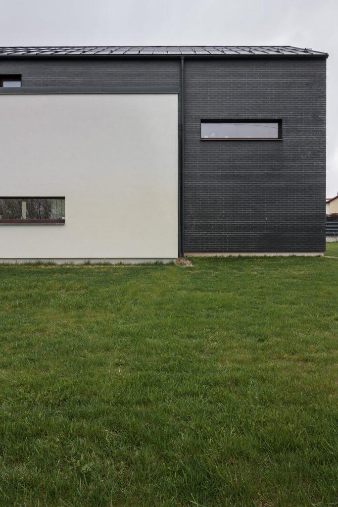 Gyvenamasis namas Vokėje - fasado fragmentas nuo gatvės